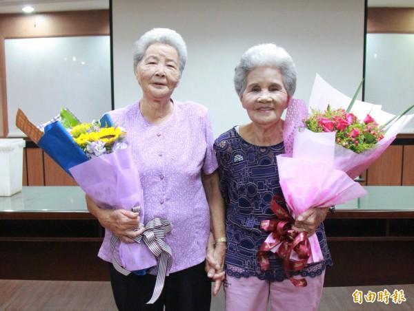 90歲詹職(右)與86歲的 詹治(左)姊妹對於能重獲新肝感到開心,相約痊癒後要一起出去玩。(記者陳冠備攝)