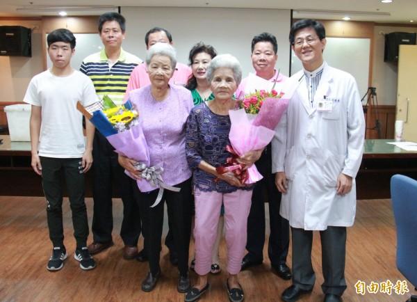 90歲與86歲的詹職(前中)及詹治(前左)姊妹在家人鼓勵下接受C肝新藥治療,讓高齡長者看見希望。(記者陳冠備攝)