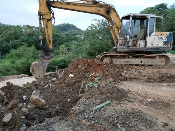 頭份市興隆里遭人亂倒廢土,多為建材土石方。(記者鄭名翔翻攝)