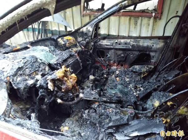 紅色自小客車燒到剩骨架。(記者曾迺強攝)