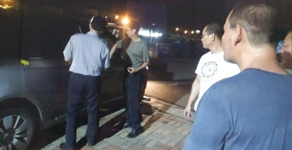 林姓通緝犯利用夜色掩護翻牆取車結果自投羅網。(記者李立法翻攝)