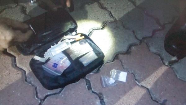 警方在他車內起出海洛因毒品及吸食器。(記者李立法翻攝)