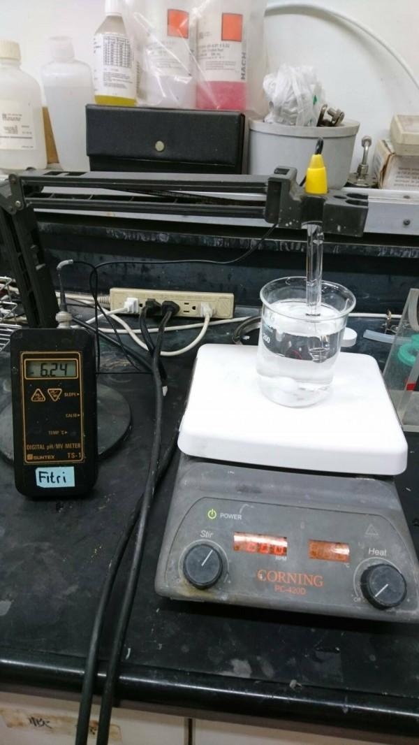 環保局表示,實驗室檢測酸鹼度最精準。(中山大學環工所提供)