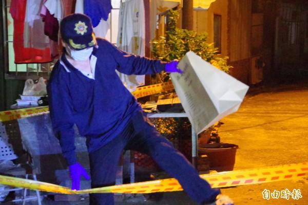 警方將水果刀、菜刀分別放在證物袋。(記者曾迺強攝)