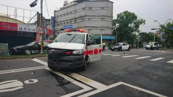 宜蘭市宜興路一段路口今天上午8點,有一部從礁溪載著傷患送往陽大醫院的救護車,遭到一部轎車衝撞。(記者林敬倫翻攝)