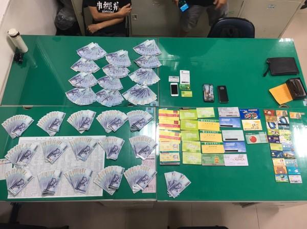 警方查扣的存摺、金融卡及贓款。(記者許國楨翻攝)