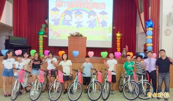 南投市營盤國小應屆畢業生每人都獲得1台腳踏車,免除上國中缺乏交通工具代步的煩惱。(記者謝介裕攝)