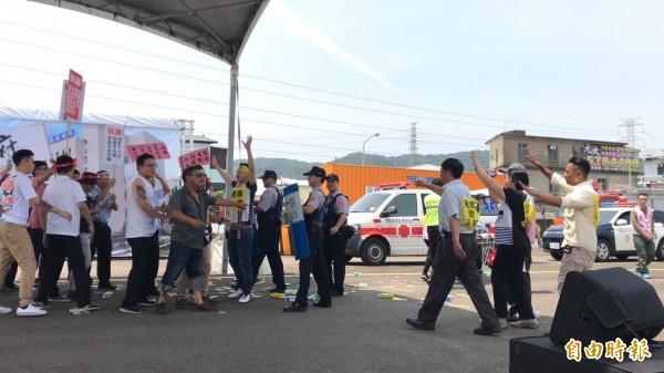 近年時常出現的街頭抗議場景,新竹區監理所也如實在演練過程中模擬,展現相對的應變作為。(記者黃美珠攝)