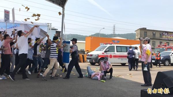 大客車司機向監理單位抗議的場景,冥紙、寶特瓶紛飛,真的有戲如人生的感覺。(記者黃美珠攝)