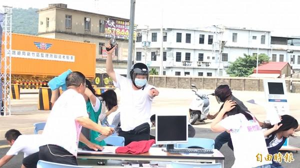 新竹區監理所今天安排的維安演練,第3場防搶演習過程逼真,不僅「搶匪」入戲,就是「被害人」們也十分搶鏡。(記者黃美珠攝)