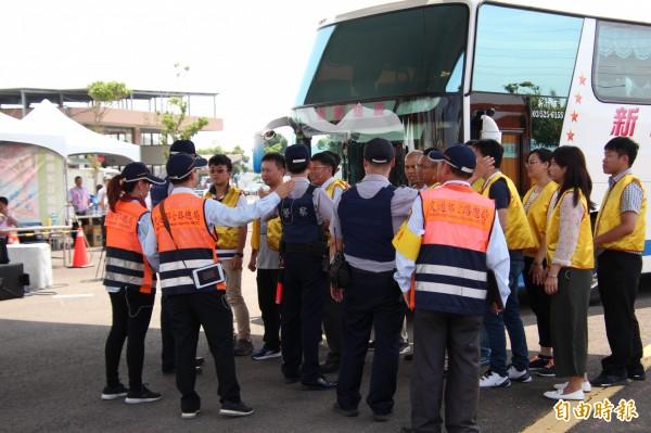 質疑監理所跟警方等單位組成的聯合稽查小組蓄意刁難,趕進香的乘客也紛紛下車抗議。(記者黃美珠攝)