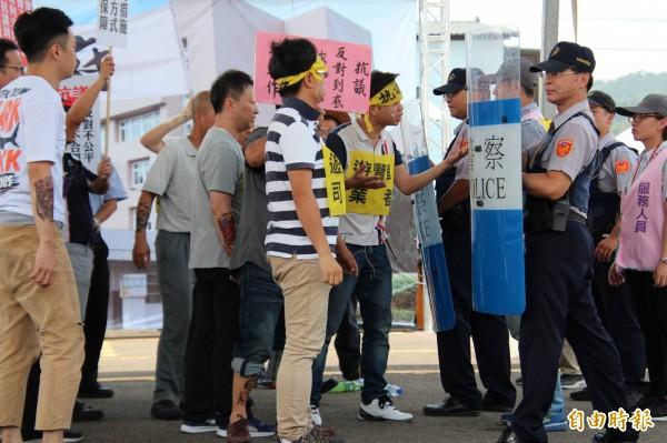 新竹區監理所設計因為客運業者被依法吊銷所有車輛的車牌,引來靠行司機集體激情抗議。(記者黃美珠攝)