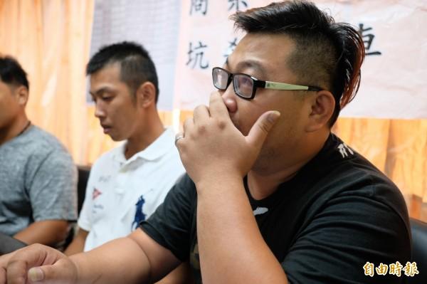 被拖欠費用的貨運業者楊孫豪(右)講到激動處不禁哽咽眼眶泛紅。(記者林欣漢攝)