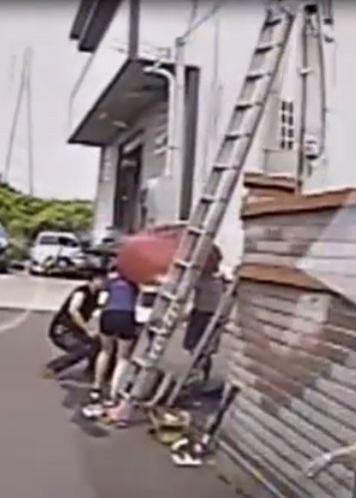 張男被電擊摔落鋁梯,工廠人員協助先行急救。(記者歐素美翻攝)