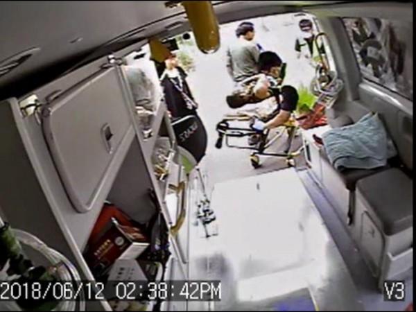 消防人員將遭電擊的張男緊急送醫。(記者歐素美翻攝)