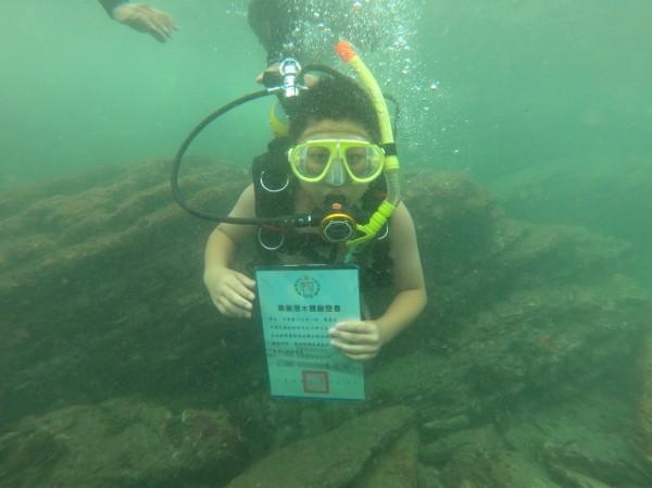 基隆市中華國小舉辦浮潛畢典,學生潛入5公尺深的水底拿自己的畢業證書,留下別具意義的回憶。(圖由中華國小提供)