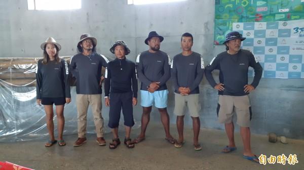 台灣與日本合造的阿美族竹筏「IRA2」號的台、日、紐3國6名男女水手。 (記者黃明堂攝)