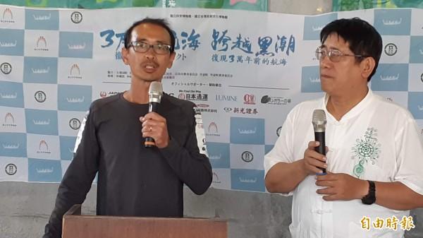 日本科博館研究員海部陽介(左)與台灣史前館副館長林志興說明「IRA2」號竹筏試划結果。 (記者黃明堂攝)
