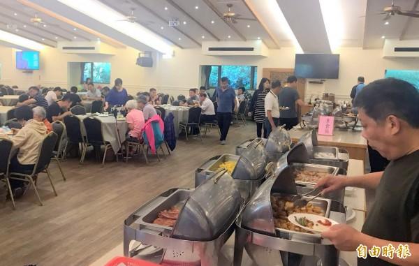 溪頭立德飯店今起由台大實驗林管處收回自營,餐廳裡頭遊客穿梭品嚐美食,絲毫未受飯店經營權易主影響。(記者謝介裕攝)