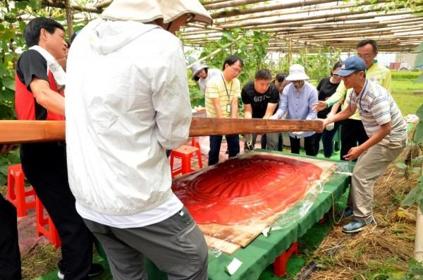 三星鄉有機米香節將在7月7日、8日登場,重達200公斤的大粿印將於開幕當天重出江湖,製作特大號的紅龜粿供遊客品嚐。(記者張議晨翻攝)