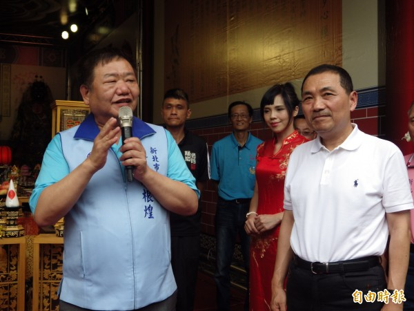 國民黨新北市長參選人侯友宜和國民黨籍的新北市議會議長蔣根煌(左)。(記者陳心瑜攝)