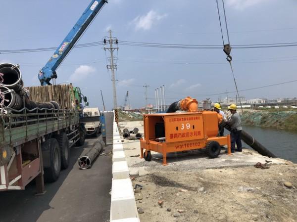 防範豪雨釀災,移動式抽水機已就定位。(台南市水利局提供)