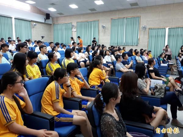 新加坡聖安德烈中學男聲合唱團獲邀到新竹市三民國中進行合唱音樂交流,除與三民國中一起大合唱,還有快閃演唱。(記者洪美秀攝)