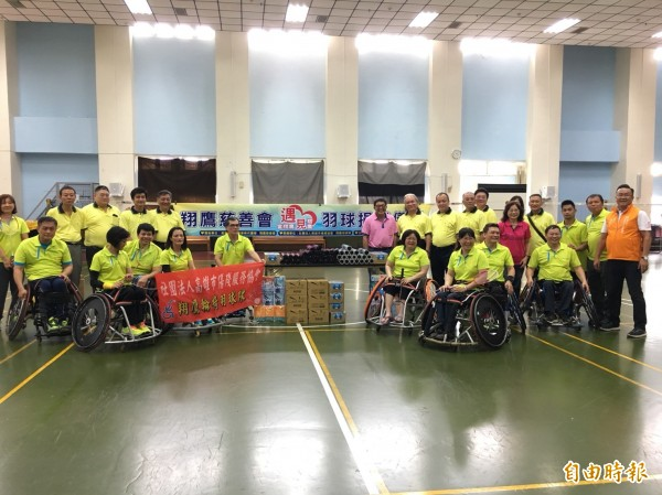 翔鷹輪椅羽球隊感謝高雄市傳愛協會贊助。(記者黃旭磊攝)