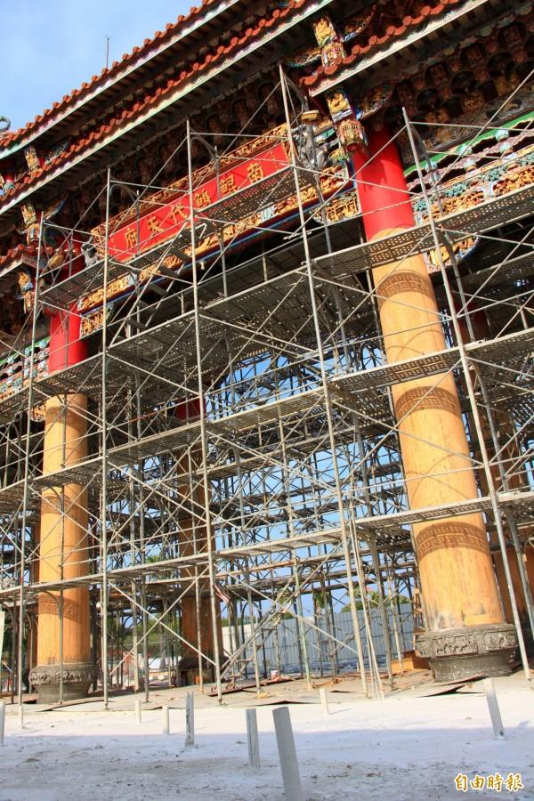 北門南鯤鯓代天府正在整修山門大牌樓,12根牌樓的立柱是千年檜木,非常粗大。(記者楊金城攝)