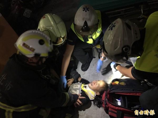 消防人員將墜樓女童送醫急救。(記者王宣晴翻攝)
