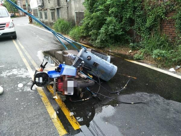 爆炸毀損的變電箱掉落砸到機車。(記者洪定宏翻攝)