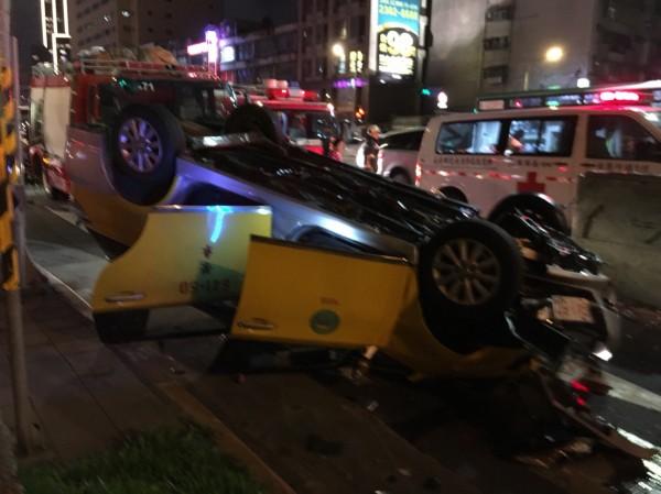 警消到場了解,發現司機疑似意識不清,立刻將他送醫,至於後座3乘客幸好無傷立刻協助脫困。(記者陳恩惠翻攝)