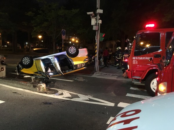 計程車司機右轉想上忠孝橋時,不知何故自撞翻車。(記者陳恩惠翻攝)