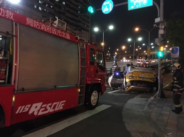 台北市通往新北市的忠孝橋頭,今晚7點左右發生自撞翻車意外。(記者陳恩惠翻攝)