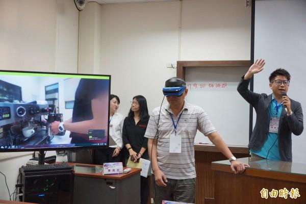 師生體驗虛擬實境咖啡教學。(記者黃旭磊攝)
