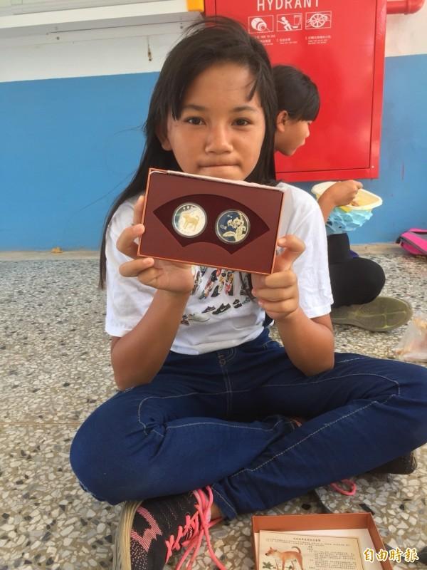 水泉國小央行總裁獎,由全校第一名的郭栩甄獲得。(記者蔡宗憲攝)