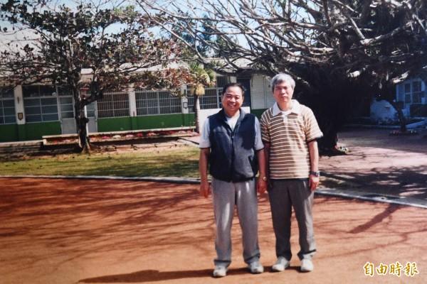 楊金龍(右)國小在水泉國小念了五年。圖為他早年返校留影。(記者蔡宗憲翻攝)