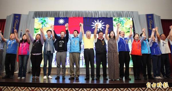 陳學聖(左6)認為距離年底選舉還有5個月,他相信一定可以翻轉勝選,只要藍營民眾大家都出來投票。(記者李容萍攝)