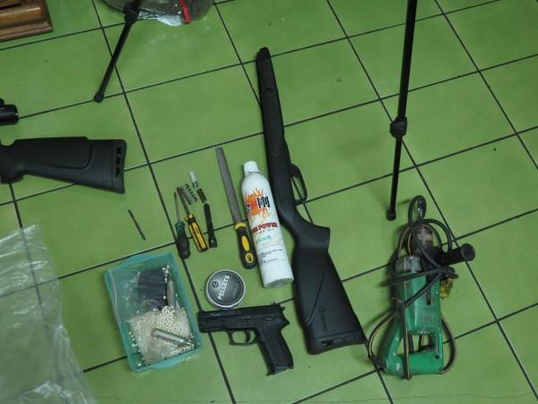 警方循線查獲越南外籍移工涉嫌持有改造槍枝及相關改造工具。(記者許倬勛翻攝)