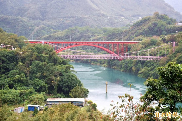 復興區復興橋(前)和緊鄰的羅浮橋(後),同位於青山綠水間,是北横公路重要景點。(記者李容萍攝)
