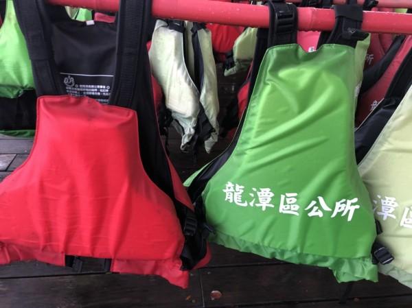 市議員徐玉樹指稱,區公所提供給龍舟賽選手使用的救生衣尺寸不符,恐影響選手表現。(桃園市議員徐玉樹提供)