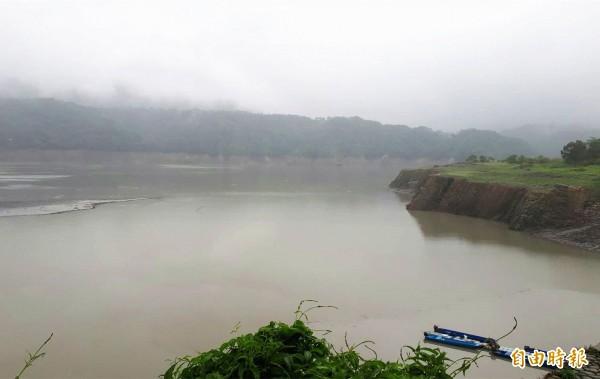 石門水庫上游阿姆坪碼頭對面舊河道,已被淤泥淹沒,水庫旱象還很嚴重。(記者李容萍攝)