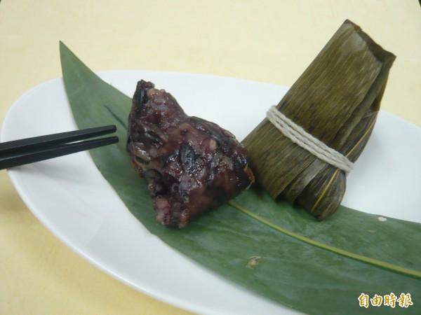 台中榮總設計「一口養生素粽」使用高纖營養的紫米加上素料,熱量僅90大卡,適合長者和慢性病患食用。(記者蔡淑媛攝)