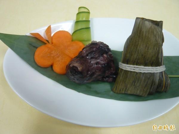 台中榮總設計「一口養生素粽」使用高纖營養的紫米加上素料,口感Q軟,熱量也僅90大卡。(記者蔡淑媛攝)
