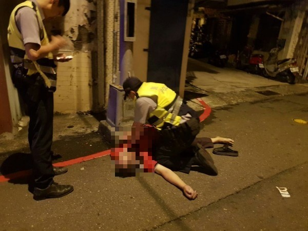 葉男離奇倒臥路邊,南成所警員葉俊吉做了500多下CPR,無奈送醫仍宣告不治。 (記者陳文嬋攝)