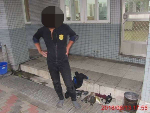 男子到墾丁保育區抓魚遭罰三千。(記者蔡宗憲翻攝)