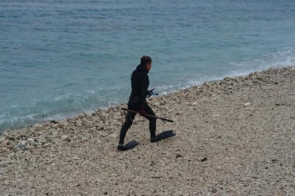 男子到墾丁保育區抓魚,被民眾拍照報案。(記者蔡宗憲翻攝)