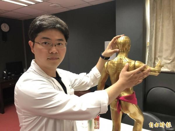 衛生福利部基隆醫院中醫科醫生簡士傑說,3C產品盛行,加上民眾長時間姿勢不良,造成肩頸痠痛。(記者俞肇福攝)