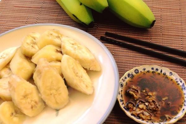 煮香蕉蘸醬油吃。(擷自黃婉玲的烹飪教室)