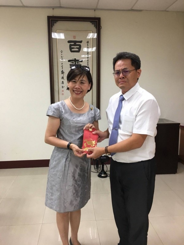 善心人士捐款助學校,讓台南啟智學校校長林宏澤(右)感動得哭了!(林志榮提供)